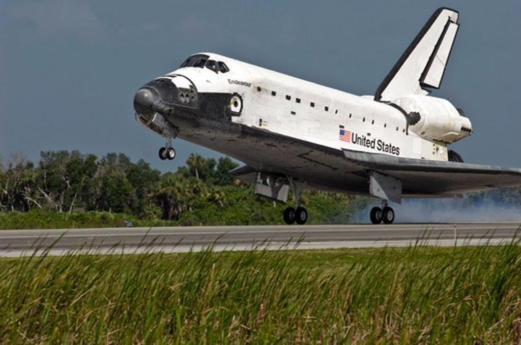 Stock Photo: 1457-1338 Space Shuttle Endeavour touches down, NASA's Kennedy Space Center, Florida, USA