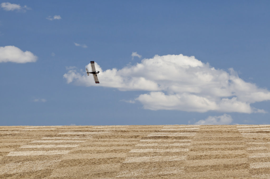 Stock Photo: 1482R-2748 USA, Oregon, Wasco, Crop sprayer over fields