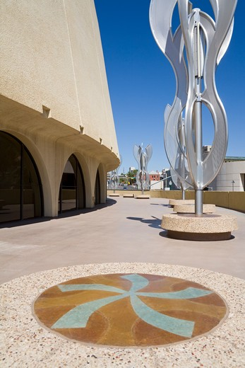 USA, Texas, El Paso, Abraham Chavez Theatre, 'Silver Lining' sculpture outside theater : Stock Photo