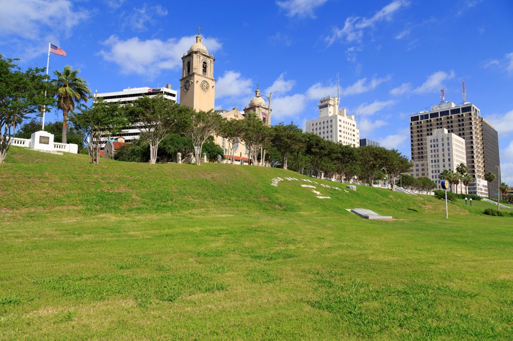 Spohn Park with the Corpus Christi Cathedral in the background, Corpus Christi, Texas, USA : Stock Photo