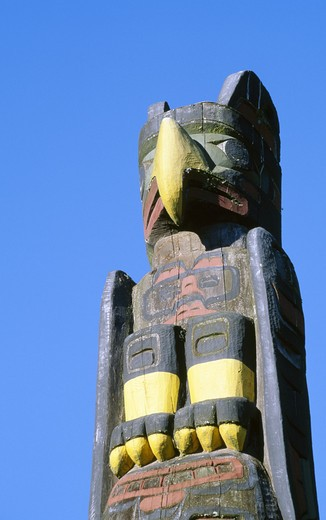Canada, British Columbia, Vancouver, Stanley Park, Totem Pole against blue sky : Stock Photo