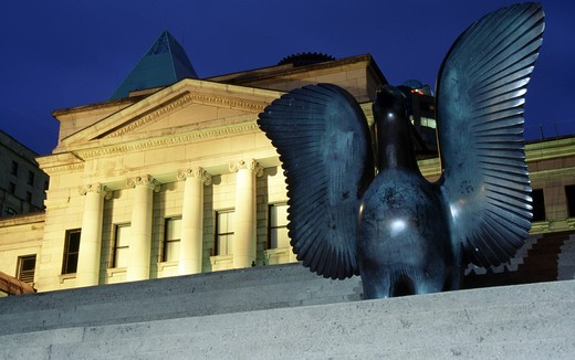 Stock Photo: 1486-1891 Canada, British Columbia, Vancouver, bronze statue of bird against neo-classical building