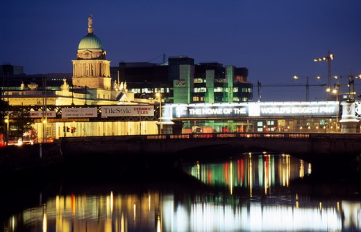 Reflection of a lit up government building in water at dusk, Custom House, Dublin, Ireland : Stock Photo