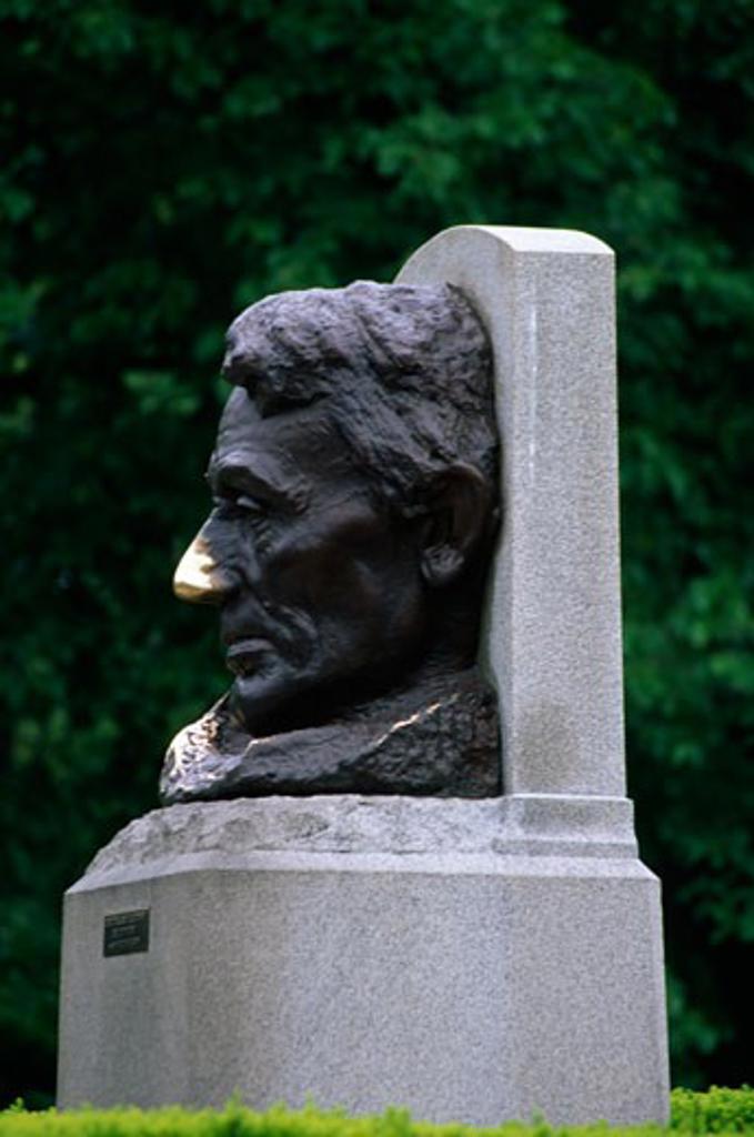 Statue of Abraham Lincoln in a memorial, Lincoln's Tomb, Oak Ridge Cemetery, Springfield, Illinois, USA : Stock Photo