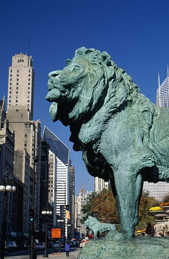 USA, Illinois, Chicago, statue of lion in front of Art Institute of Chicago : Stock Photo