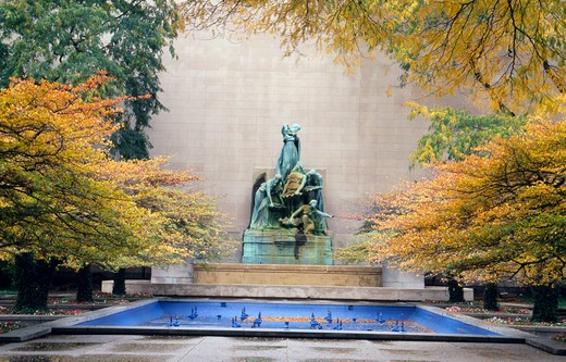 USA, Illinois, Chicago, Art Institute of Chicago, fountain in autumn : Stock Photo