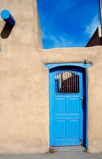 USA, New Mexico, Ranchos de Taos, Casa Benavides Bed and Breakfast, blue door : Stock Photo