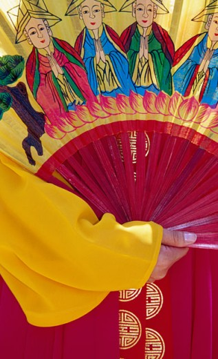 Stock Photo: 1486-6179 Close-up of a human hand holding a folding fan