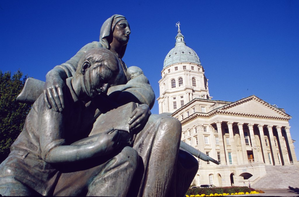 Stock Photo: 1486-8712 USA, Kansas, Topeka, State Capitol, Pioneer Women's Memorial