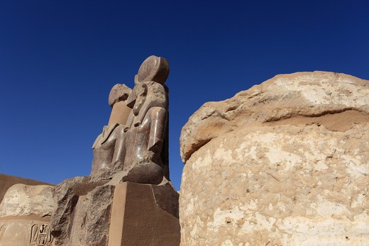 Marble statues between bases of temple, Habu Temple (Medinet Temple of Rameses III), Luxor, Egypt : Stock Photo