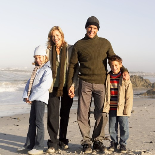 Stock Photo: 1491R-975519 family at the beach