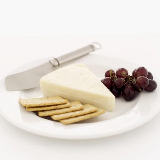 Stock Photo: 1491R-981059 cheese with grapes and crackers