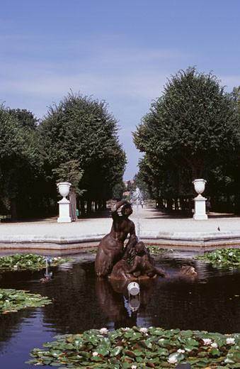 Fountain with trees in the background, Kronprinzengarten, Schonbrunn Palace, Vienna, Austria : Stock Photo
