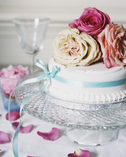 Wedding cake decorated with roses : Stock Photo