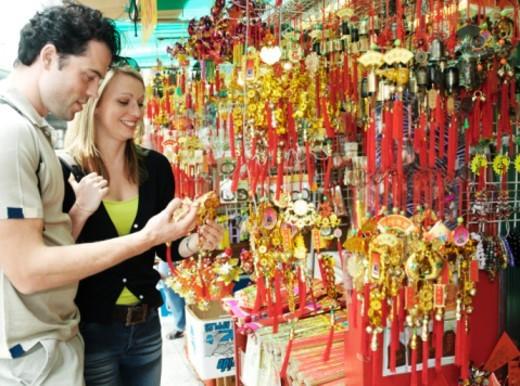 China, Hong Kong, couple at stall by Po Lim Temple, smiling : Stock Photo