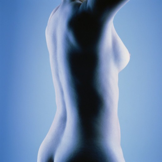 Naked young woman, mid section, side view (blue tone) : Stock Photo