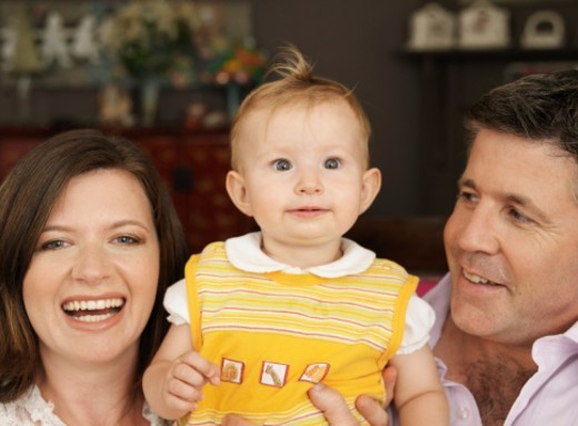 'Parents posing with daughter (9-12 months), portrait, close-up' : Stock Photo