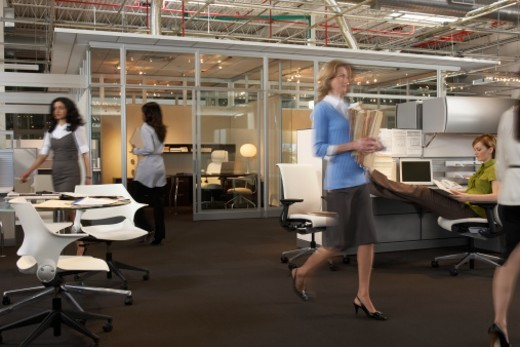 'Businesswomen working in office, blurred motion' : Stock Photo