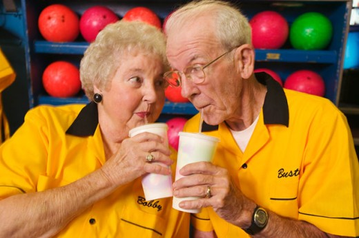 Stock Photo: 1530R-30061 Bowling couple enjoying beverages