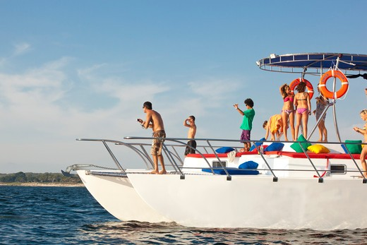 Stock Photo: 1530R-41476 young people partying on yacht