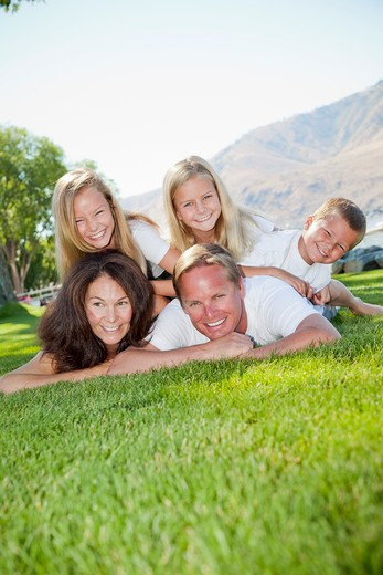 Stock Photo: 1530R-41773 Outdoor portrait of family of five,