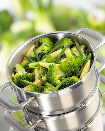 Broccoli, baby corn-cobs and green beans in steaming pan : Stock Photo