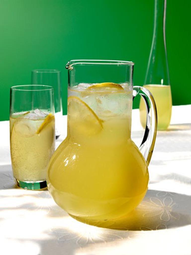 Stock Photo: 1532R-12344 Elderflower and ginger drink