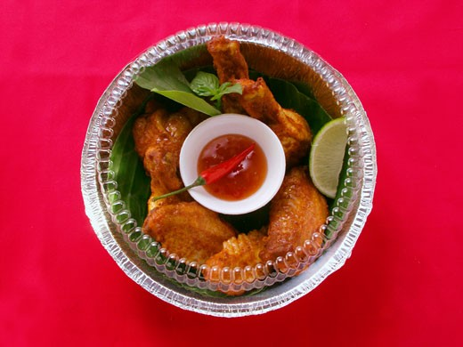 Stock Photo: 1532R-15164 Crispy chicken wings with chili dip in lunch box