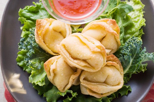 Stock Photo: 1532R-16955 Deep-fried wontons with sweet and sour sauce (close-up)