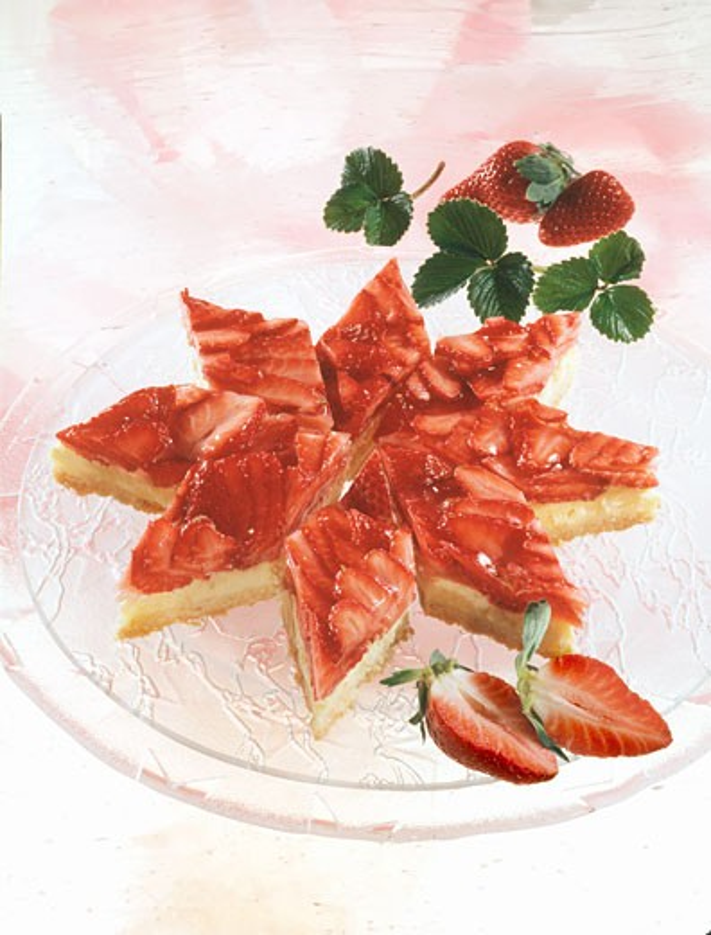 Pastry diamonds with strawberries & vanilla blancmange : Stock Photo