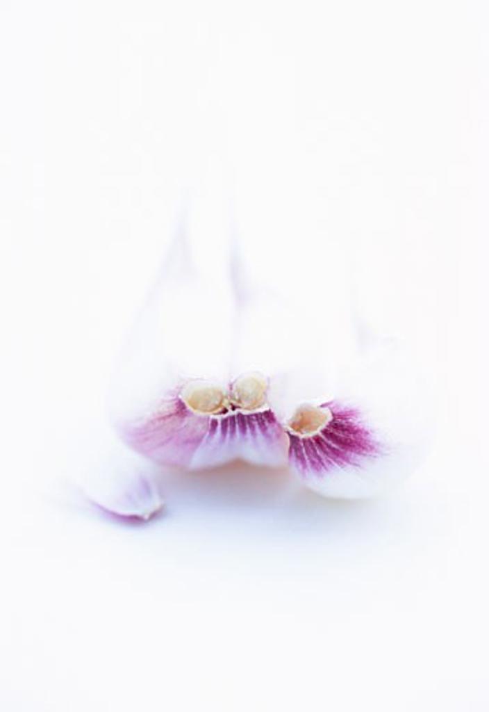 Stock Photo: 1532R-18181 Three unpeeled cloves of garlic