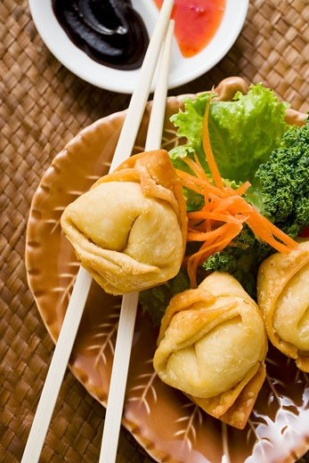 Stock Photo: 1532R-20686 Deep-fried wontons with salad and two sauces