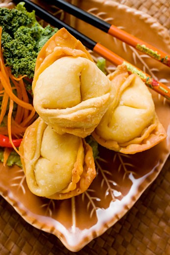 Stock Photo: 1532R-20687 Deep-fried wontons with salad