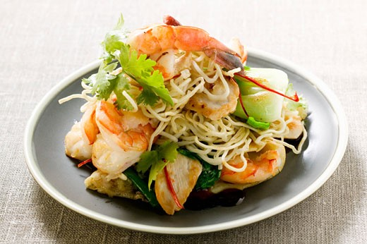 Bami Goreng with shrimps and chicken (Indonesia) : Stock Photo