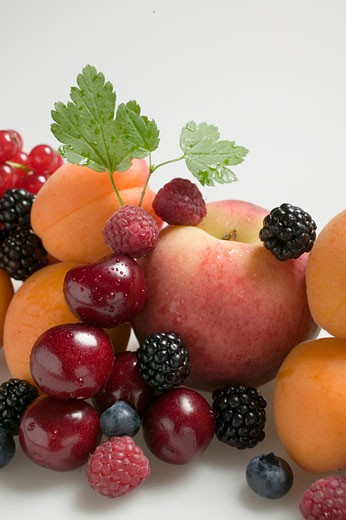 Stock Photo: 1532R-25436 Fruit still life with stone-fruit, berries & leaves (detail)