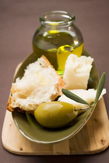 Stock Photo: 1532R-28883 Green olive, white bread, Parmesan and olive oil