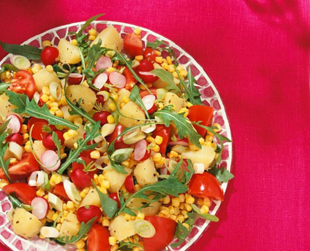Mixed salad: potato, rocket, tomatoes, radishes & sweetcorn : Stock Photo
