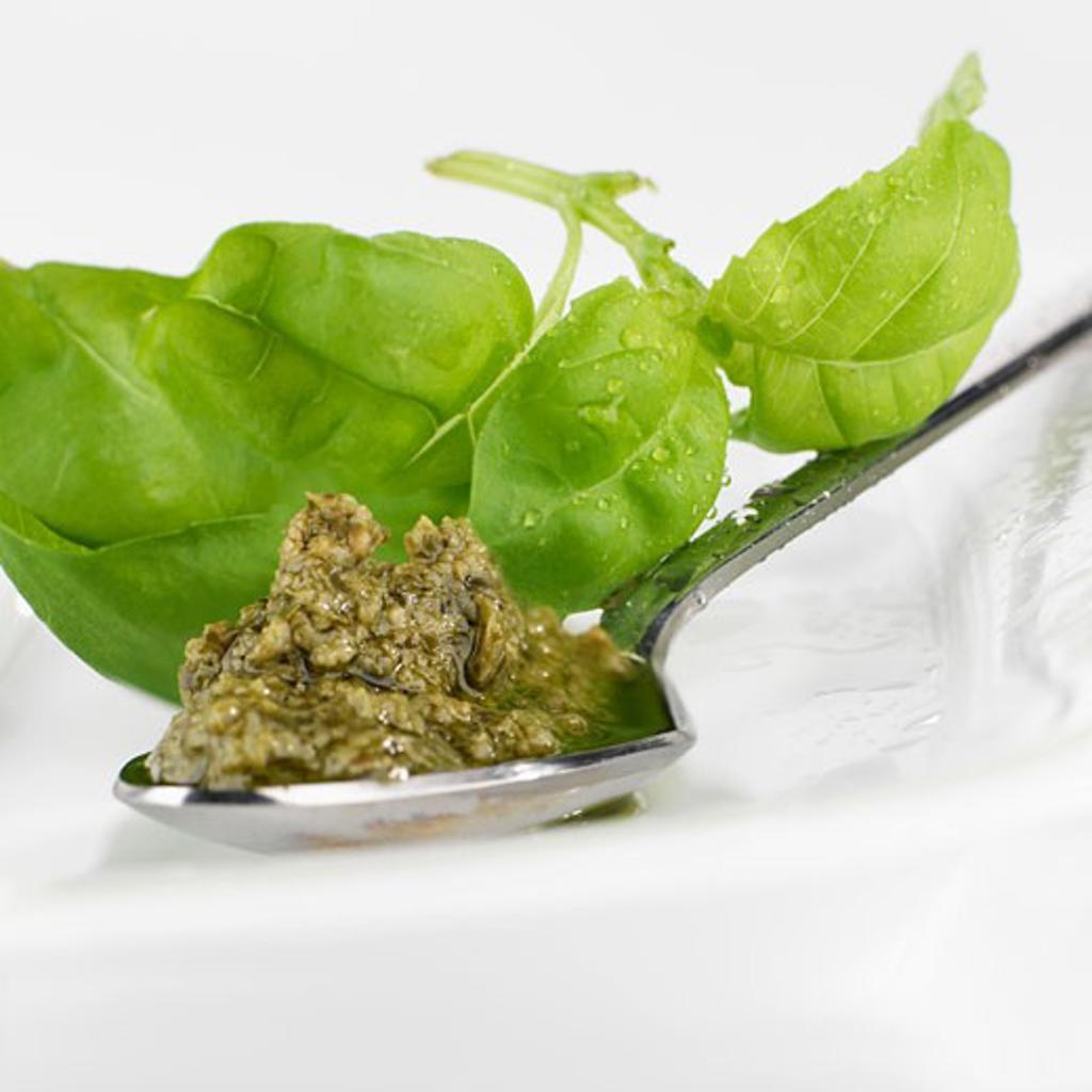 Stock Photo: 1532R-30455 Pesto on spoon