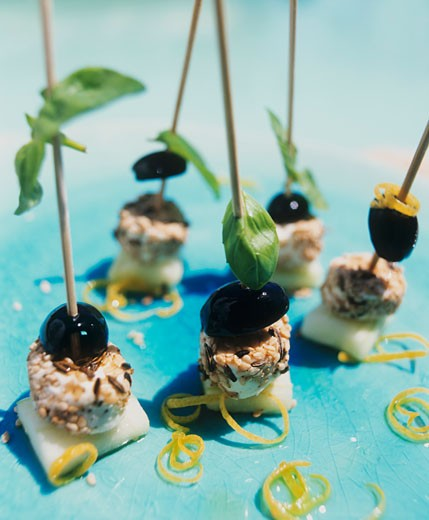 Stock Photo: 1532R-30907 Soft cheese & olives with sesame & basil on cocktail sticks