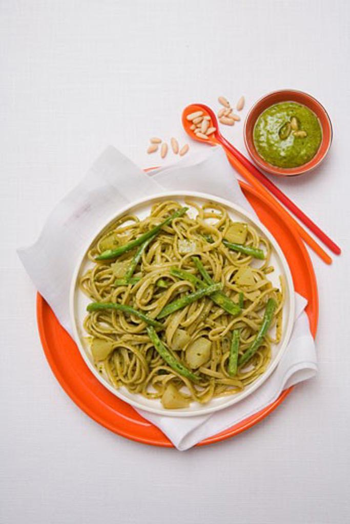 Trenette al pesto con fagiolini (Pasta with pesto & beans) : Stock Photo
