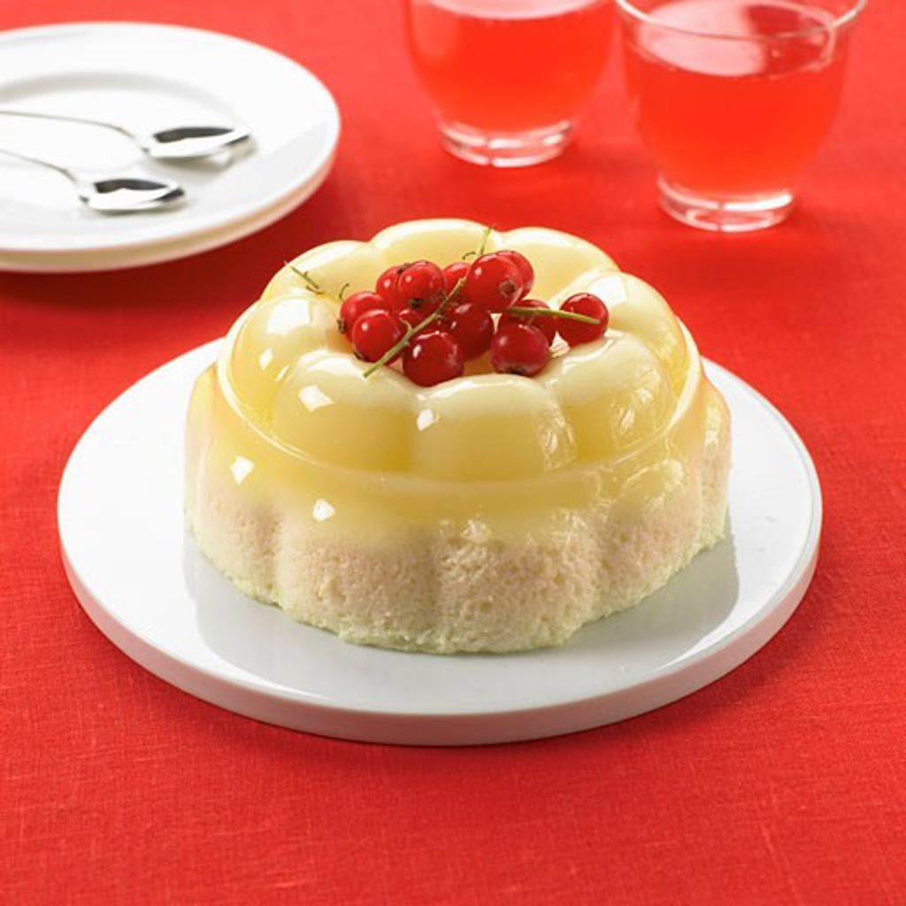 Moulded vanilla blancmange on sponge : Stock Photo