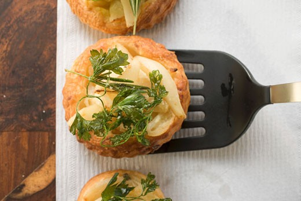Savoury pear patties with deep-fried parsley : Stock Photo