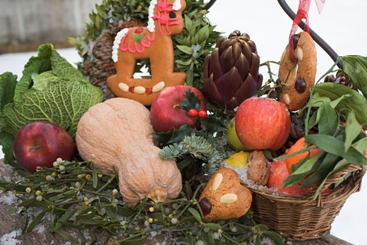 Stock Photo: 1532R-35203 Gingerbread, fruit, vegetables and mistletoe