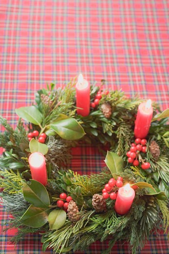 Stock Photo: 1532R-36818 Advent wreath with four burning candles on checked cloth