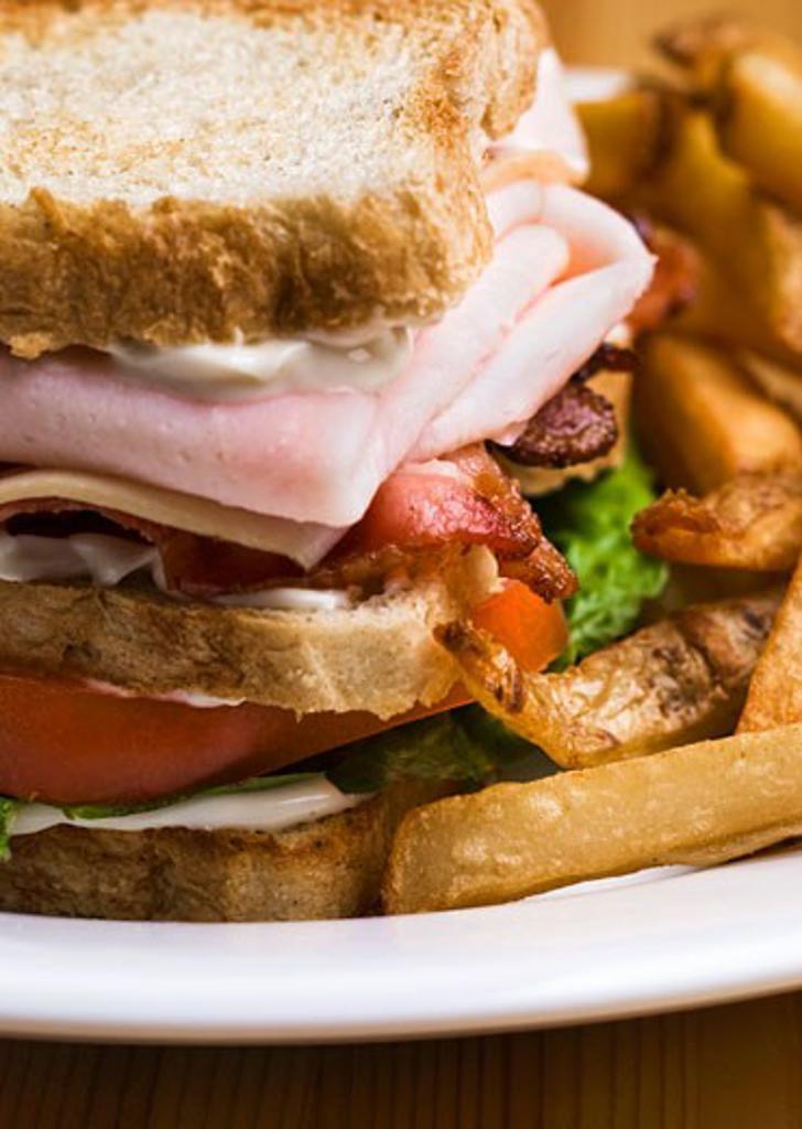 Stock Photo: 1532R-38373 Turkey ham sandwich with chips