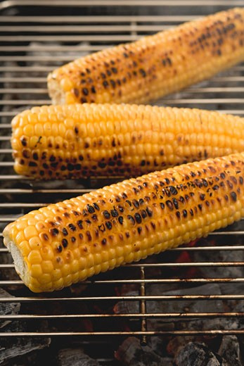 Stock Photo: 1532R-38398 Corn on the cob on a barbecue