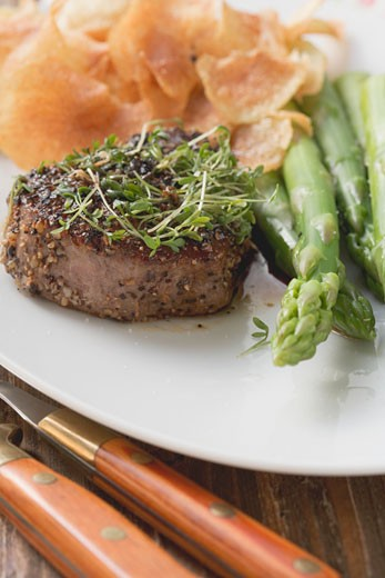 Stock Photo: 1532R-40438 Peppered steak with cress, green asparagus & potato crisps