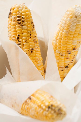 Stock Photo: 1532R-40614 Grilled corn on the cob in greaseproof paper