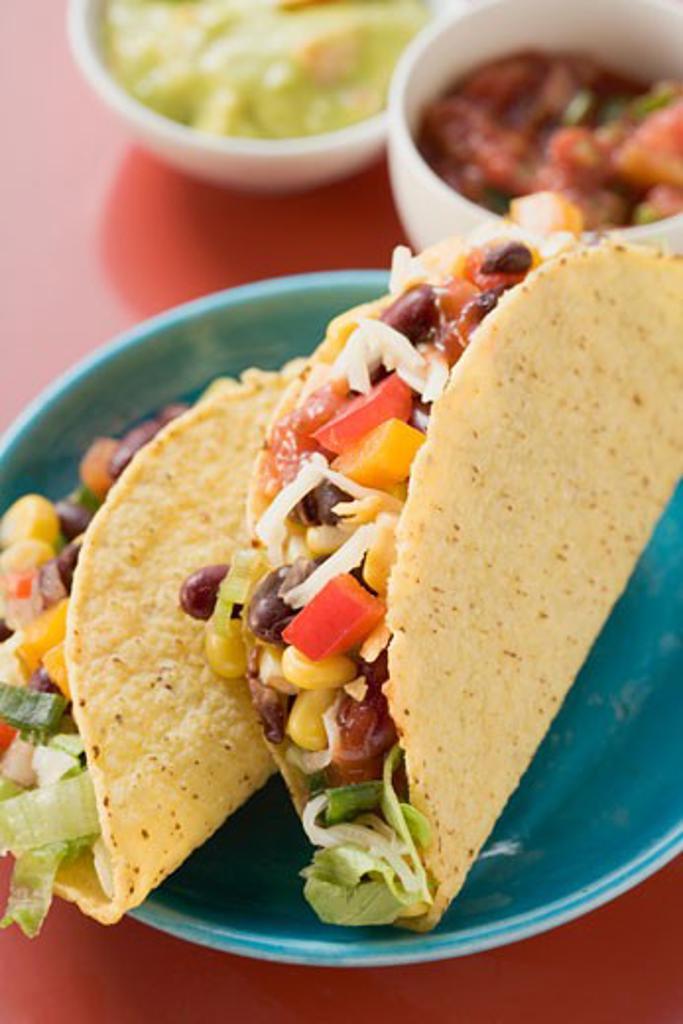 Stock Photo: 1532R-40784 Vegetable tacos, guacamole, salsa (Mexico)