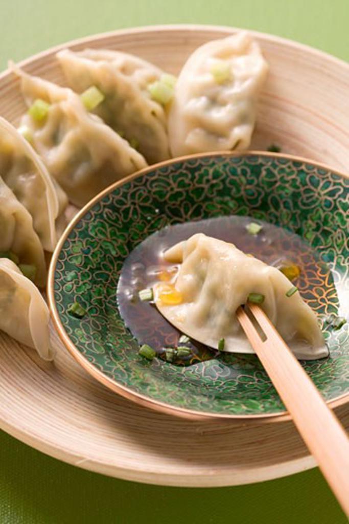 Stock Photo: 1532R-40925 Wontons with sauce (Asia)